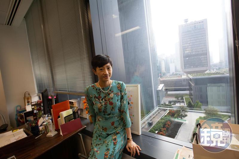 從陳淑莊的辦公室望出去,可以看見中國人民解放軍駐香港部隊大廈。