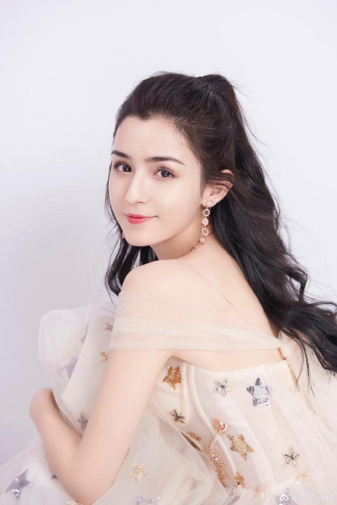 哈妮克孜雖然還未有代表作品,但23歲年輕本錢與絕美姿色,已讓她圈粉無數,更被譽為是迪麗熱巴大勁敵,星途備受矚目。(翻攝自哈妮克孜微博)