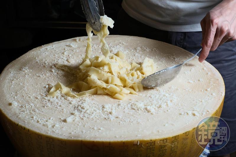 剛起鍋的寬麵,直接義大利DOP認證的帕瑪森起司攪拌,入口味道超濃郁。