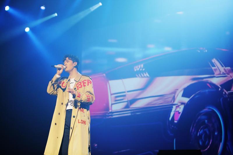 周興哲在溫哥華演唱多首經典歌曲,讓台下歌迷聽得如癡如醉。(星空飛騰提供)