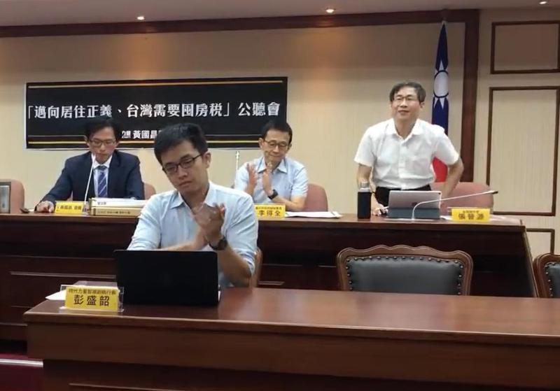 張晉源(右一)近年來熱心政治活動,日前還出席立委黃國昌舉行的囤房稅公聽會。(翻攝自黃國昌辦公室公聽會)