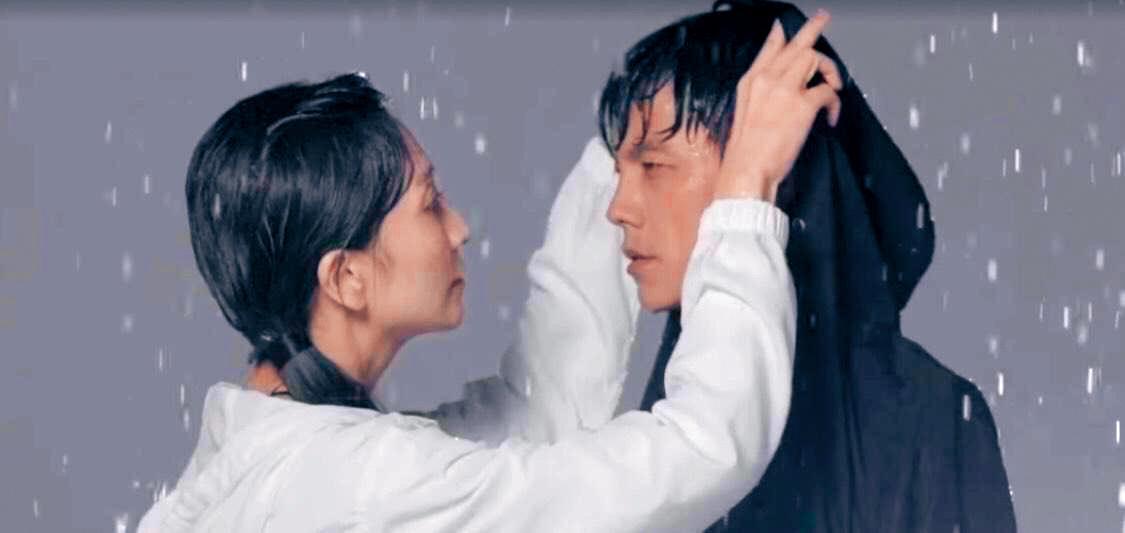 阿翔和老婆7位數接拍風衣廣告,呼應Grace的一句「換我為你撐傘」,但被罵噁心之後緊急下架。(翻攝自浩角翔起臉書)