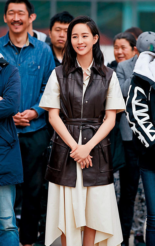 張鈞甯在與邱澤合作的新片中,扮演智能障礙的女子,在大家的幫忙下當了媽媽。(翻攝自《八歲的爸爸》微博)