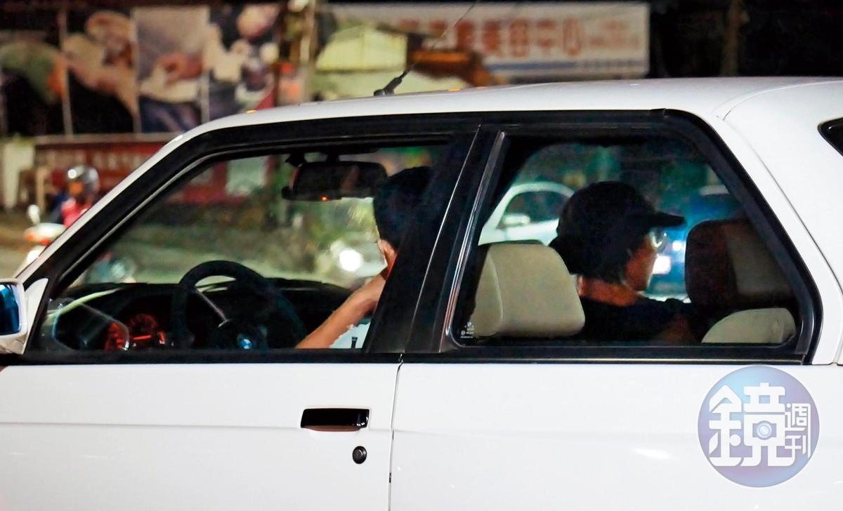 21:31,載緋聞女友,邱澤(左)電眼變雷達,忙著和張鈞甯聊天,張也忙著掃射四周是否有跟拍。