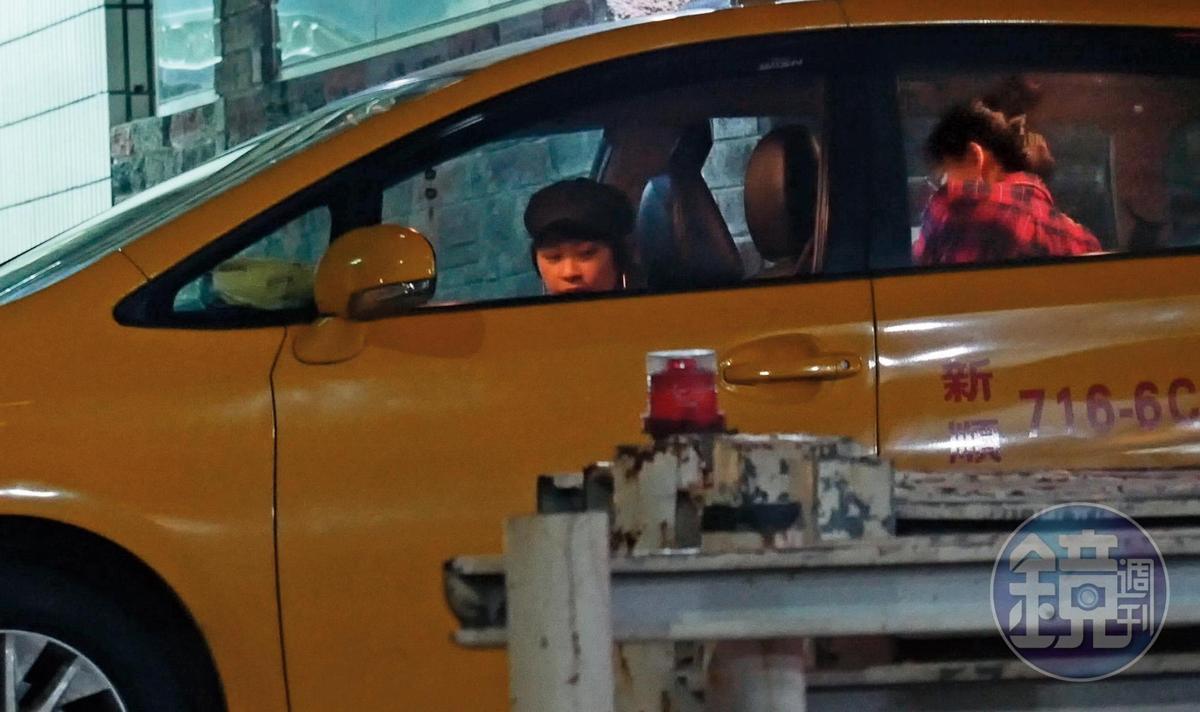 23:55,跟邱澤同享疾速快感之旅後,張鈞甯(右)突然下車換搭計程車,出現的助理(左)戴上帽子,企圖跟張的造型一樣。