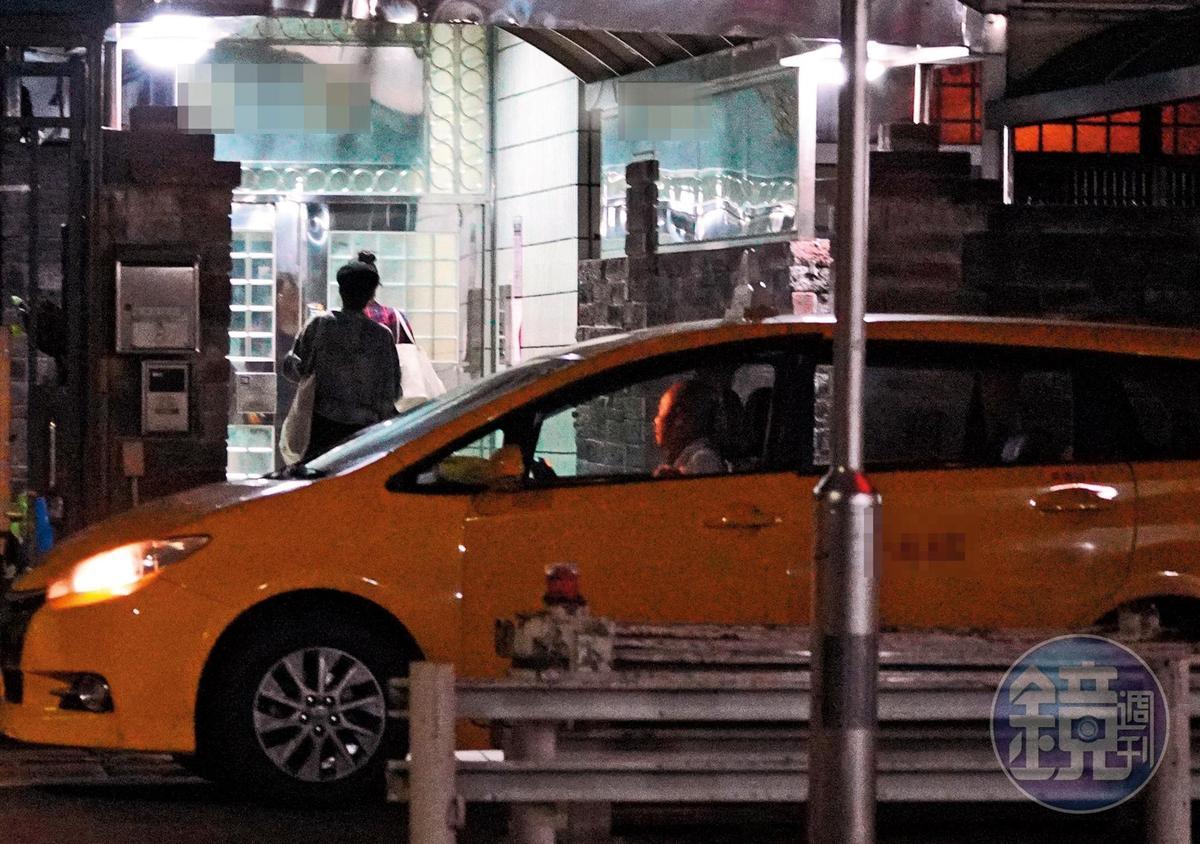 23:57,張鈞甯身旁的人從邱澤變成女助理,還帶著一堆行李回家。