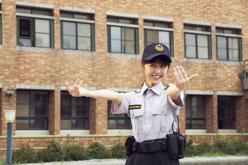 邵雨薇萌扮女警勾引李淳。(威視提供)