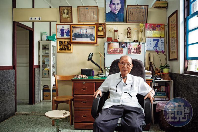 99歲的傳奇小鎮醫師謝春梅昨日安詳離開人世,離世的半個月前,他都還在替村民看診。