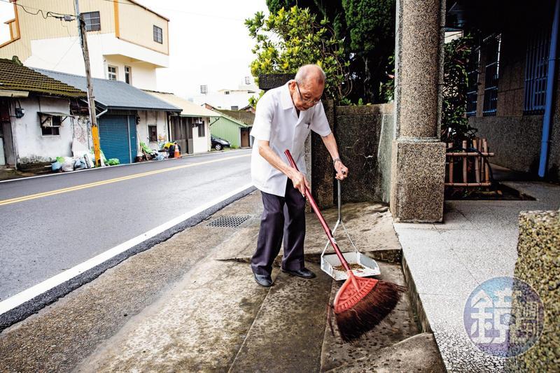 謝春梅日日親自打掃診所,不假手他人,他說以此當作運動。