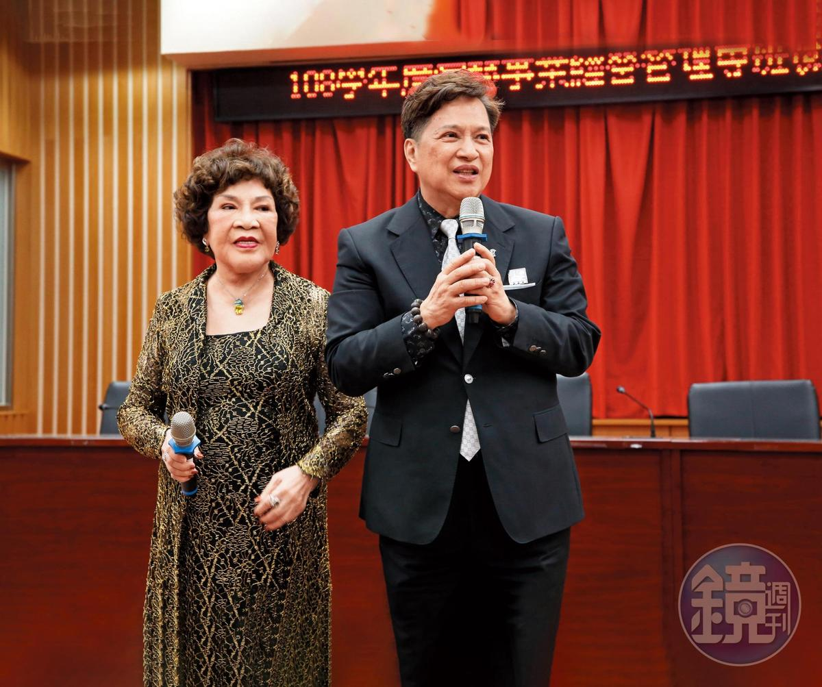 李朝永(右)的面容愈來愈有阿姑(左)的味道,算是百年修得夫妻臉。