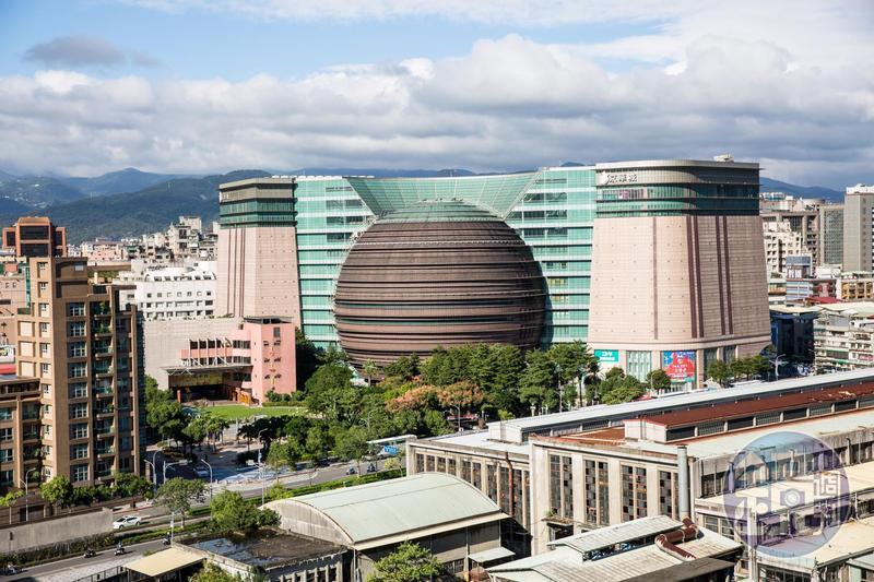 「京華城土地永久所有權國際標售案」今天(25)日四度公開標售,由中石化旗下鼎越開發以372億1萬元得標。