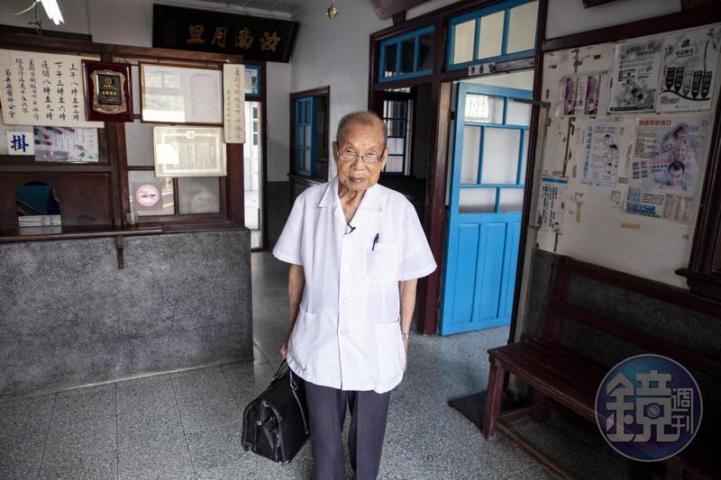 1945年就拿到醫師執照的謝春梅,直到90多歲仍積極汲取醫學新知。