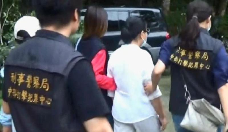 警方將「聖母」林女與信徒押解回「中打」進行偵訊。(翻攝畫面)