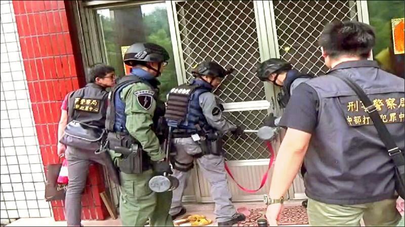 警方攻堅,搜索道場,查出虐待信徒畫面。(翻攝畫面)