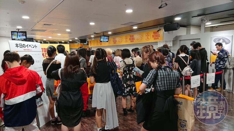儘管是平日傍晚,淘兒唱片澀谷店5樓的KPOP專區,依然聚集大批年輕樂迷,全都是來排隊參加店鋪限定的活動。