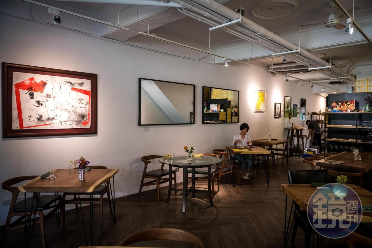 ANiMA原木空間樸實簡約,搭配主廚蒐藏的畫作與小擺設,讓人很放鬆。