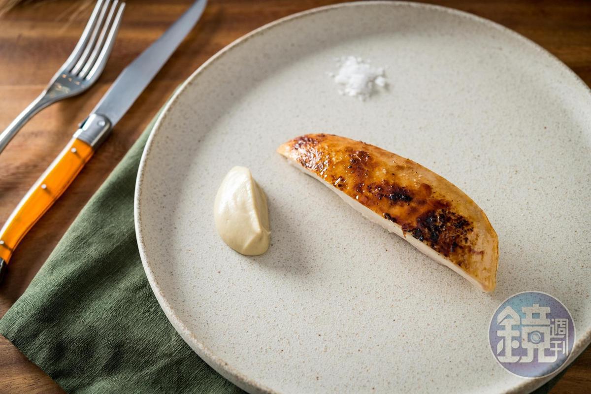 「雞肉」料理以鹽水浸漬,烤得皮脆肉嫩,搭配煙燻茄泥。(1,500元套餐菜色)