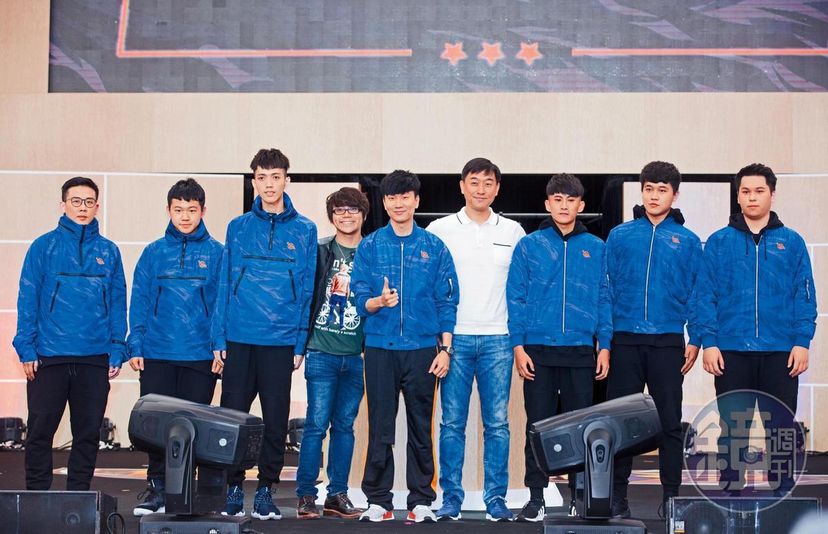 林俊傑(左四)將興趣結合副業,投資電競隊伍SMG戰隊。
