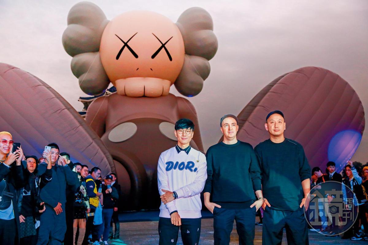 和周杰倫一樣愛好藝術,林俊傑(左)和藝術家KAWS(中)合作在台灣辦展。(翻攝自林俊傑IG)