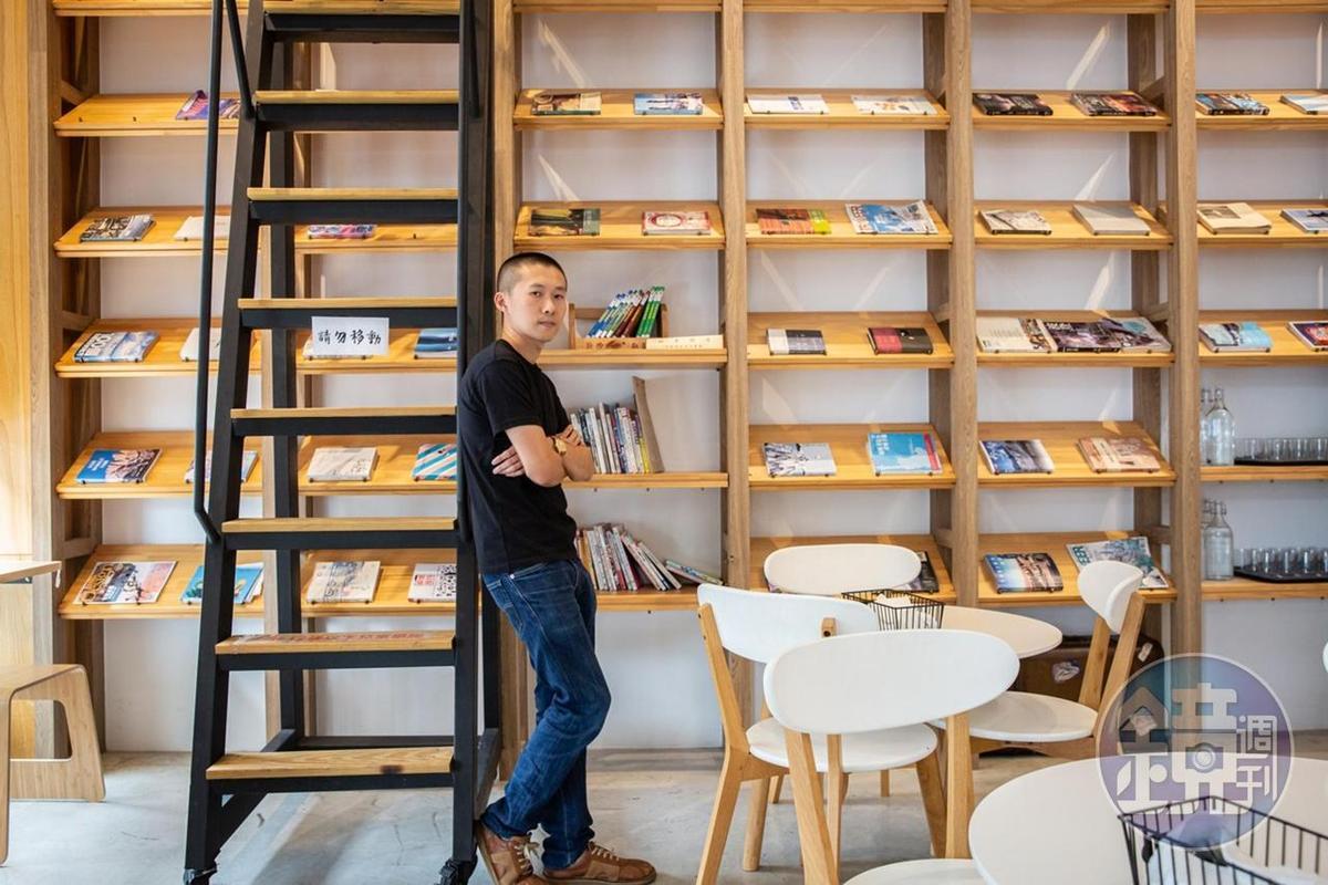老闆陳峙達希望透過以旅行書為主題的咖啡館,傳達人的故事。