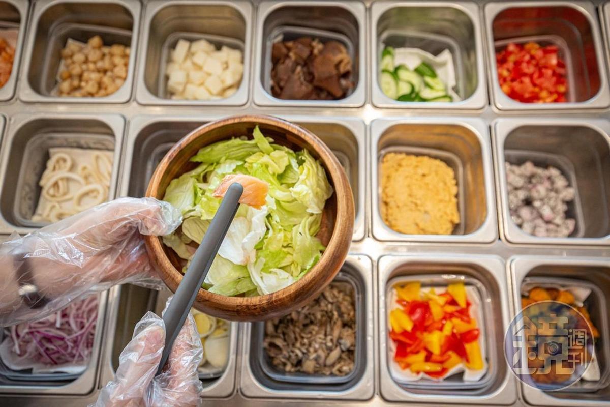 選擇多樣的沙拉吧,水準不輸飯店。