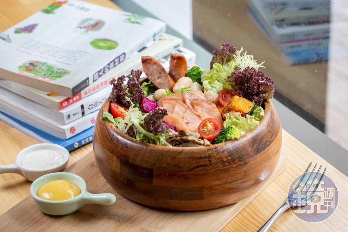 大分量的「燻鮭魚生菜沙拉」,由燻鮭魚、干貝及蔬菜等搭配而成,佐以2種醬汁。(248元/份)