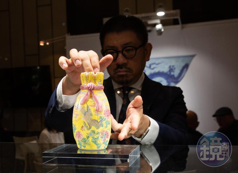 今年香港藝術品秋拍本週登場,其中最受矚目的就是「清乾隆料胎黃地畫琺瑯鳳舞牡丹包袱瓶」。