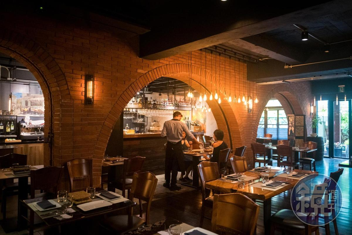 Cantina del Gio將紅磚拱門搬進店裡,營造義大利當地氣氛。