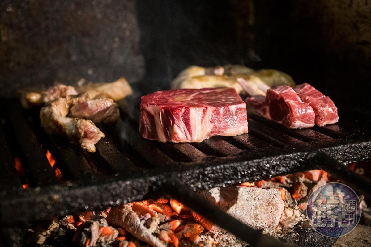 以火烤至攝氏300度的龍眼木炭來炭烤食材。