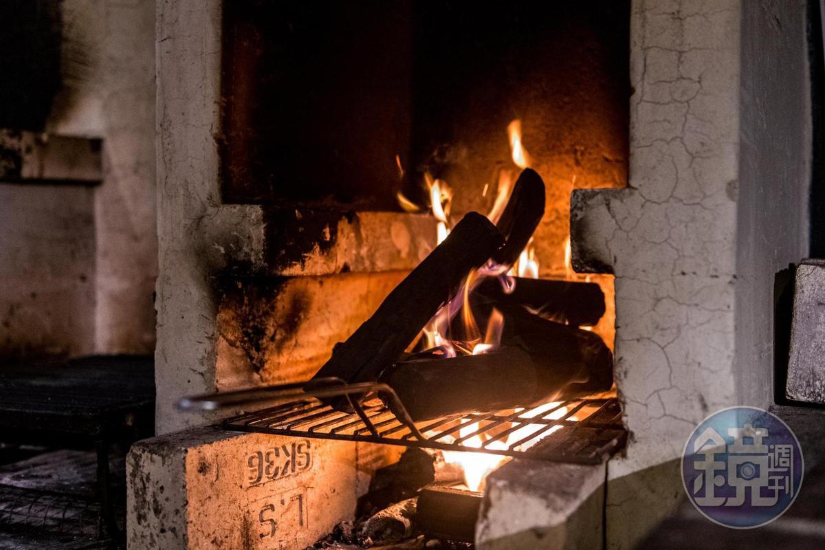 Cantina del Gio承襲古法,以龍眼木燒烤。