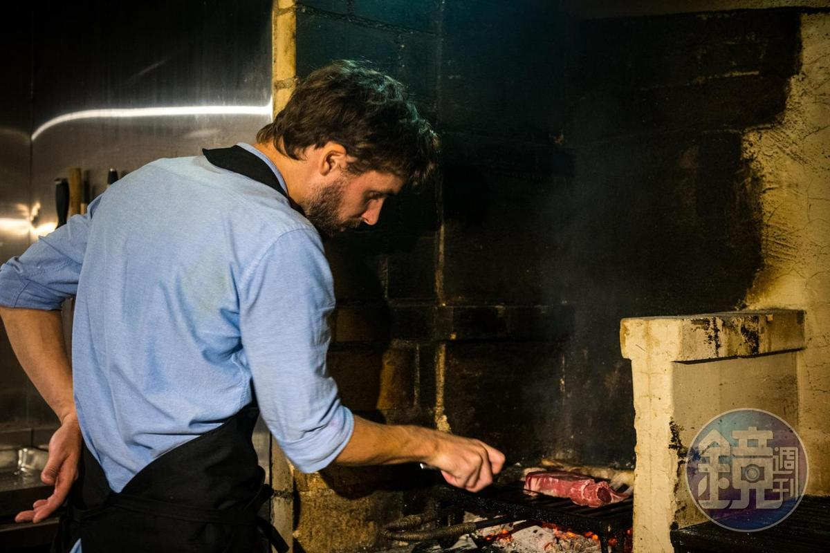 柴燒炭烤得依賴廚師的經驗,才能烤得皮脆肉嫩。
