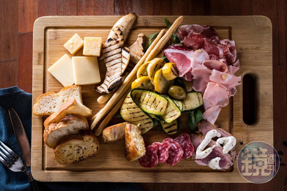 「綜合開胃菜」包括炭烤時蔬與多款乳酪與生火腿,適合配酒。(800元/2人份)
