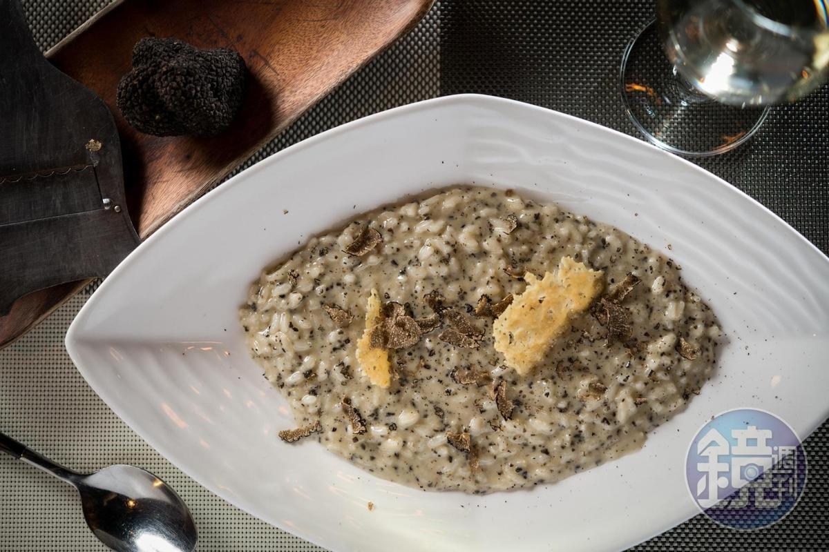 「起司松露燉飯」削上義大利翁布里亞地區的黑松露,馥郁可口。(520元/份)