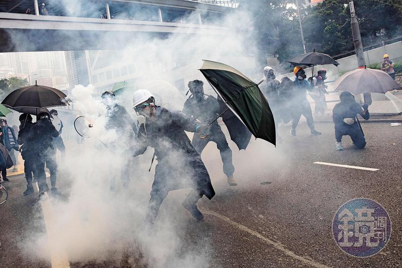9月29日,一名前線示威者在金鐘紅棉路,以羽球拍回擊警方施放的催淚彈。