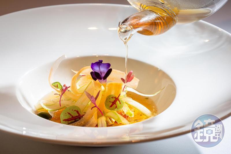 馬可波羅義大利餐廳主廚Fabio Strammiello,以法式澄清高湯手法製作傳統義式番茄湯。