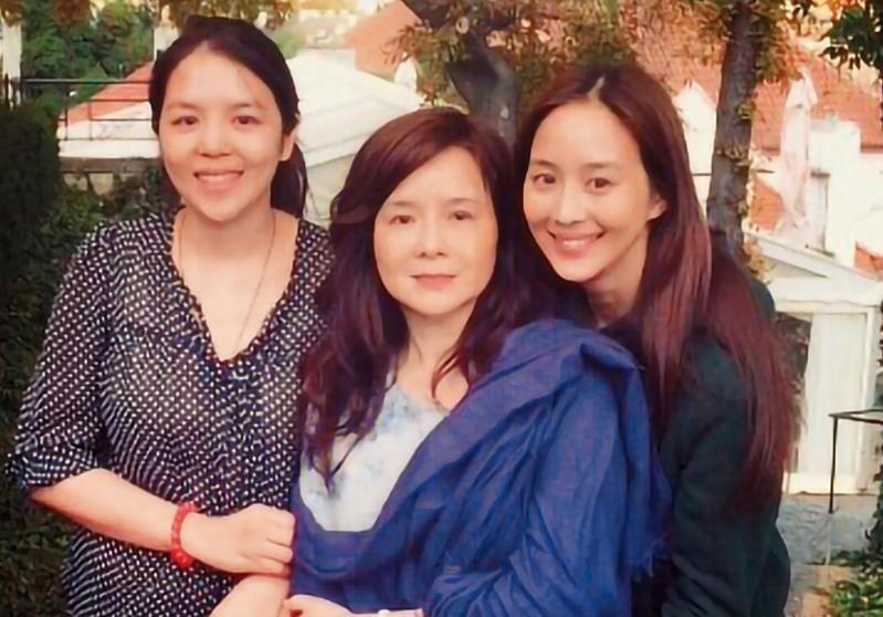 張鈞甯還有一個姊姊,留過洋,爸爸缺席則是因為外遇。(翻攝自張鈞甯微博)