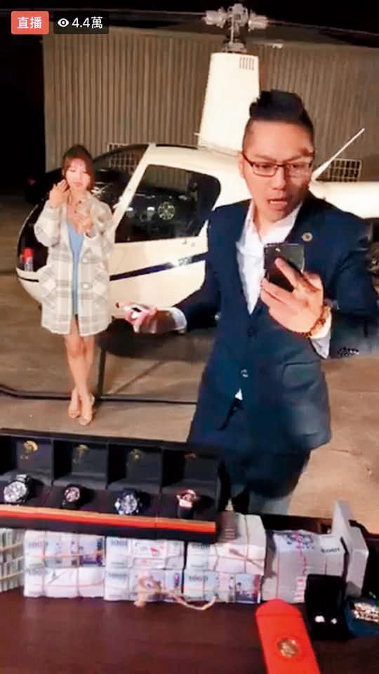 連千毅(右)直播賣直升機,引起很大轟動,子涵(左)也獲數10萬元獎賞。(翻攝自連千毅臉書)