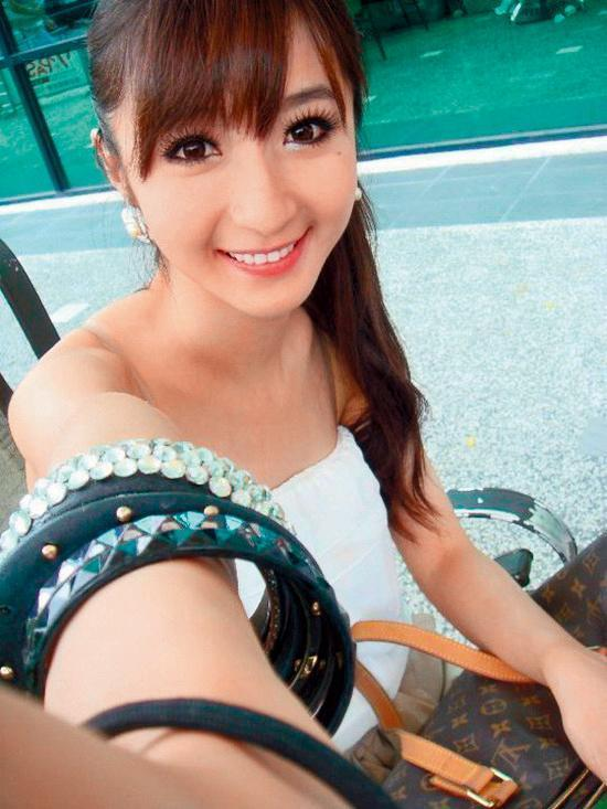 連千毅的正宮是被封為「真人版娜美」的石女,從地攤妹躍升貴婦,而且生了兩胎獲得加薪10萬元,讓她開心在臉書炫耀。(翻攝自石帕玉臉書)