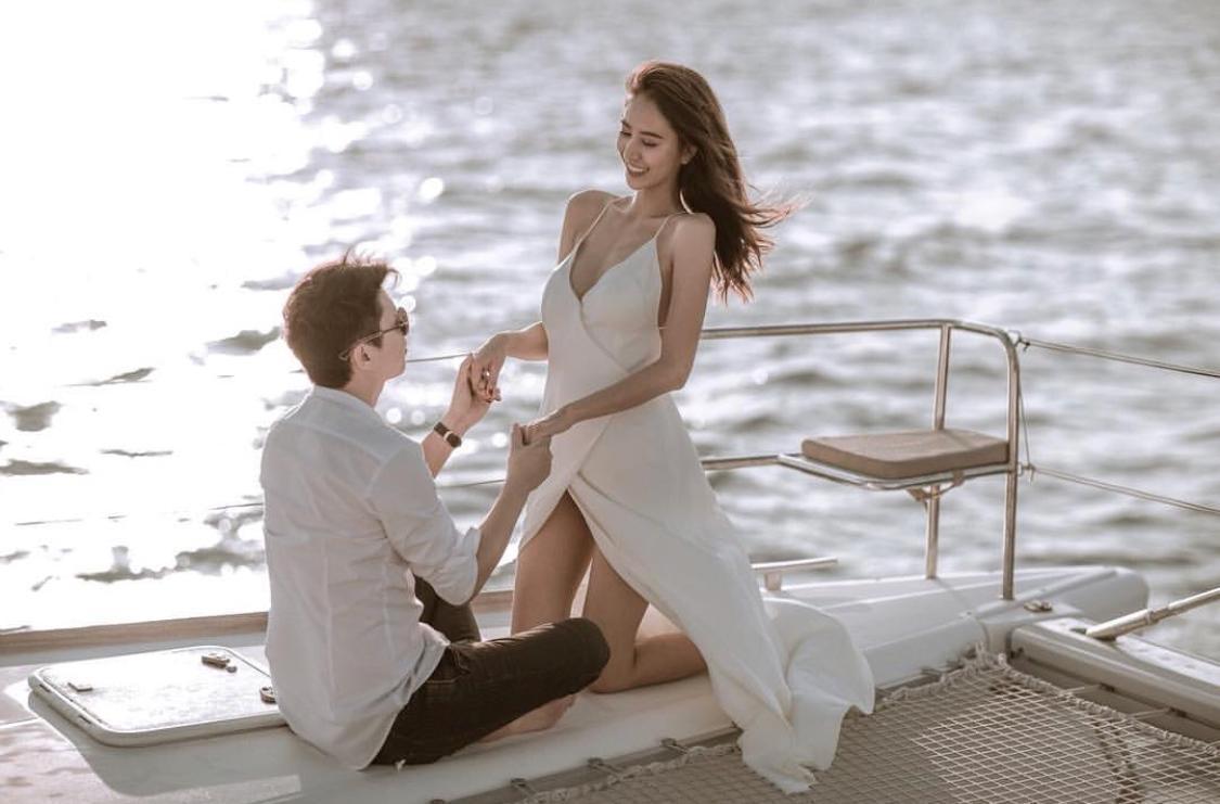 Namwan去年嫁給富商老公,在遊艇上拍攝浪漫合照。(網路圖片)