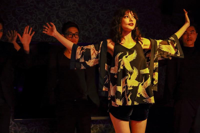 《江湖無難事》的姚以緹一共在片中扮演三個角色,但這三個角色都要假冒成同一個人,同時也能讓觀眾分辨其實不是同一個,非常高難度。(華映娛樂提供)