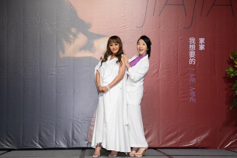 家家舉辦新專輯記者會,陶晶瑩特地到場送禮祝福。(相信音樂提供)