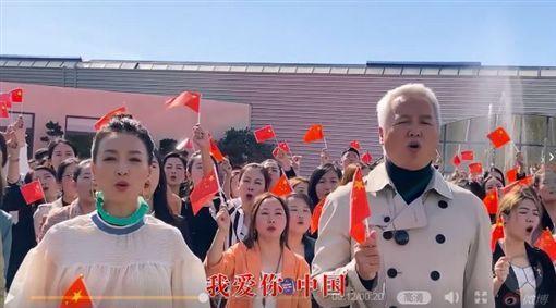 張庭(左)及林瑞陽遠赴法國拍攝影片慶祝中國大陸國慶日,手舉五星旗高喊「我愛你中國」。(翻攝自張庭微博)