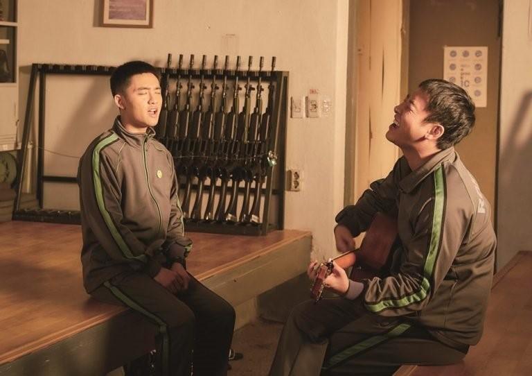 D.O.(左)在《與神同行》飾演關懷兵,續集《與神同行》結局成為第50位貴人。(翻攝自Naver)