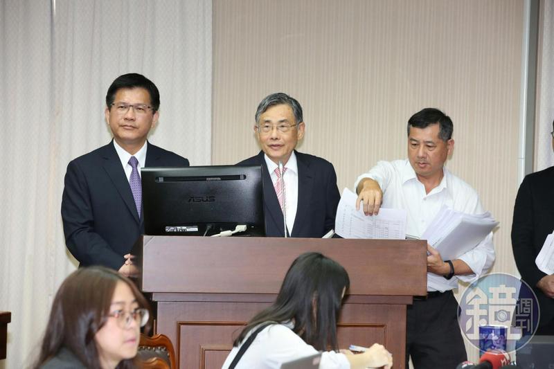 交通部長林佳龍(左)、港務公司董事長吳宗榮(中)今赴立法院交通委員會報告南方澳斷橋事件。