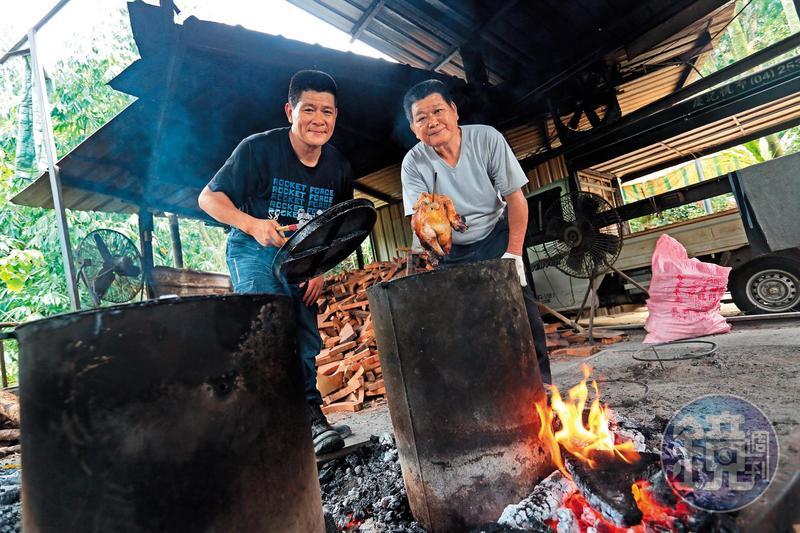 林東村(右)與林堃榤(左)父子靠烤雞改變了命運,共同點都是希望全家人能一直在一起。