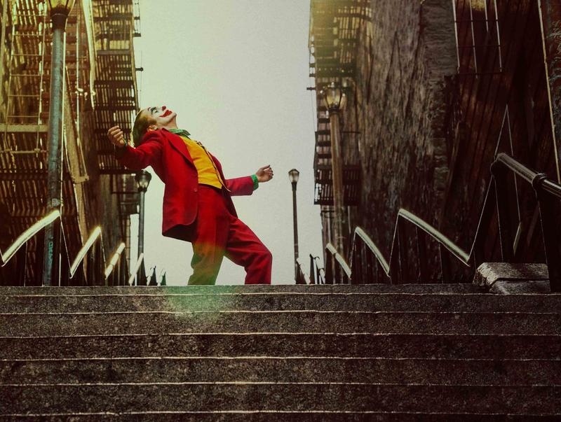 《小丑》由之前大多執導喜劇的導演陶德菲利浦與戲精瓦昆菲尼克斯合作,贏得威尼斯影展金獅獎。(華納兄弟提供)