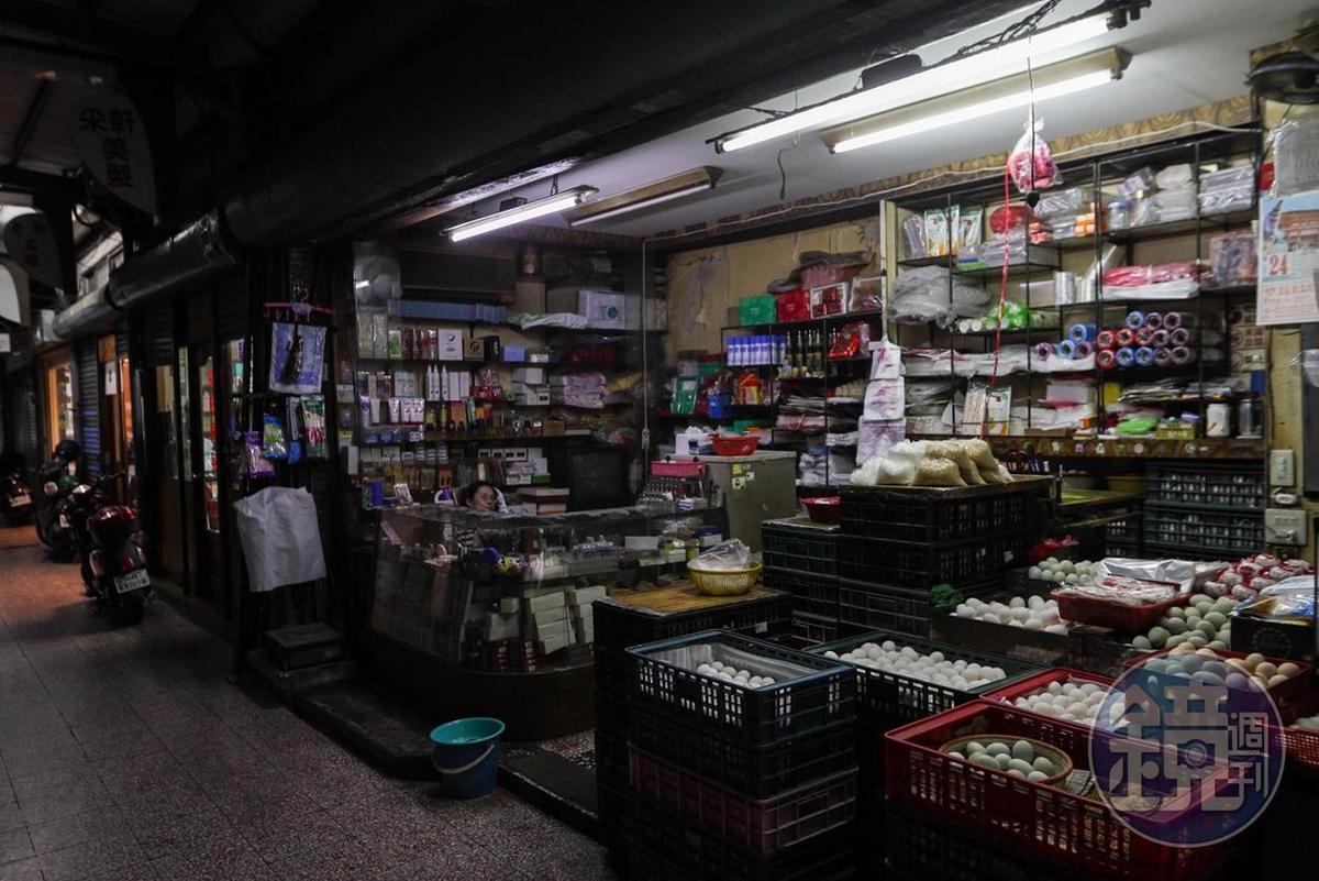 老市場裡,有賣生活雜貨的老舖。