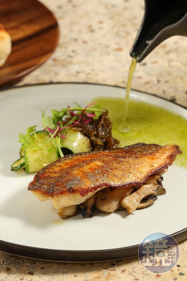 主菜是現流魚淋上蛤蠣奶油絲絨醬增加鮮香味,再佐屏東雨來菇。