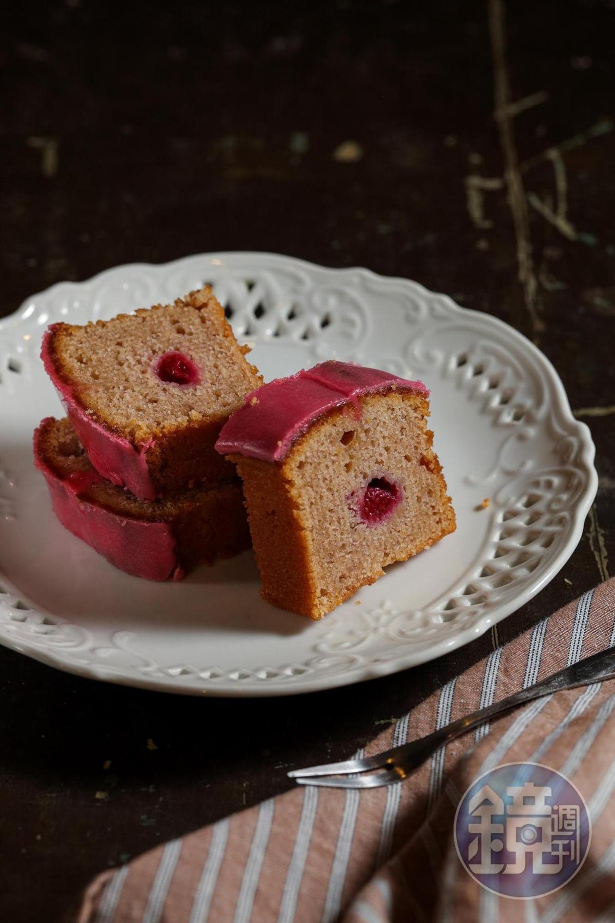 阿古說,所有的甜點都是他細心拆解所有食材結構,用做實驗方式微調口感細節做出來的。內裡有果醬的「覆盆子磅蛋糕」也是如此作法。(480元/條)