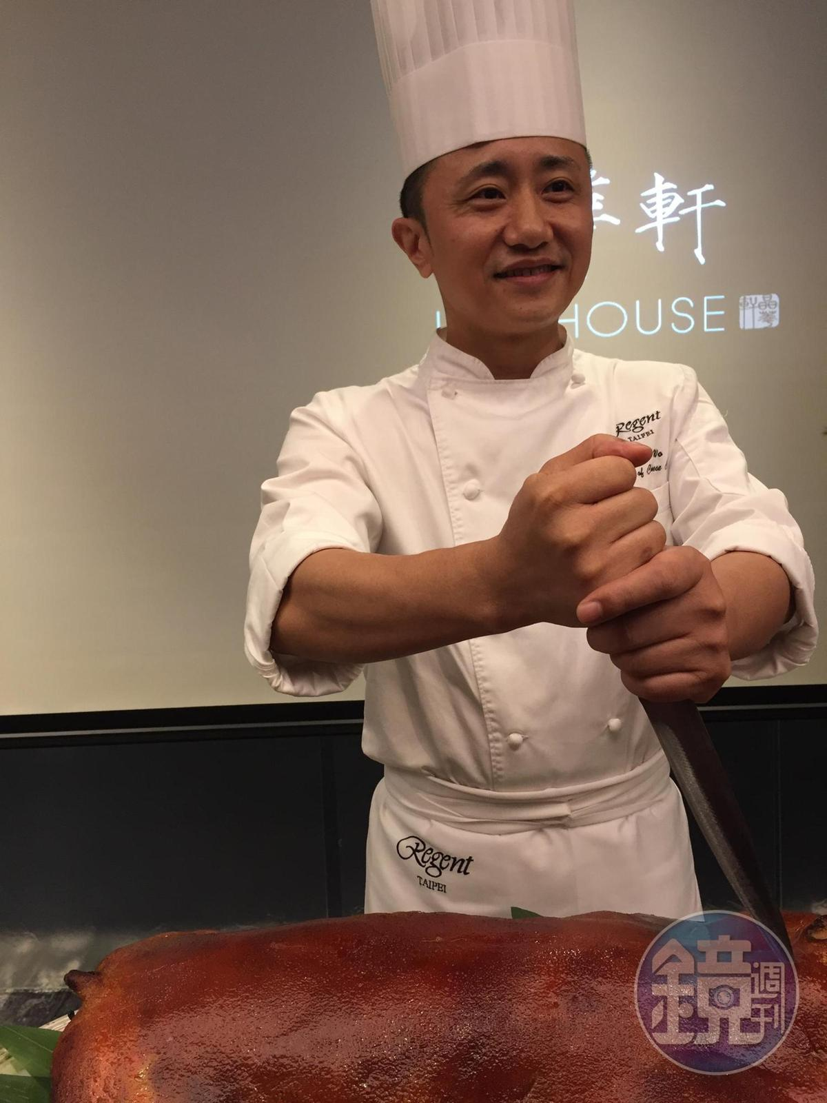 廚藝總監鄔海明在記者會上示範現切烤乳豬。